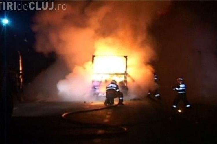 O autoutilitara a luat foc la Manasturel, spre Bistrita VIDEO