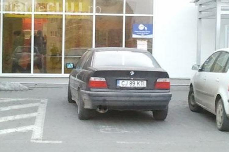 Smecher de Cluj! Si-a parcat BMW-ul in mijlocul drumului, iar apoi l-a mutat pe locul pentru persoane cu handicap, desi erau zeci de locuri de parcare!