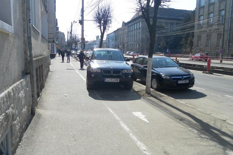 Trotuarele de pe strada Horea, intesate cu masini FOTO