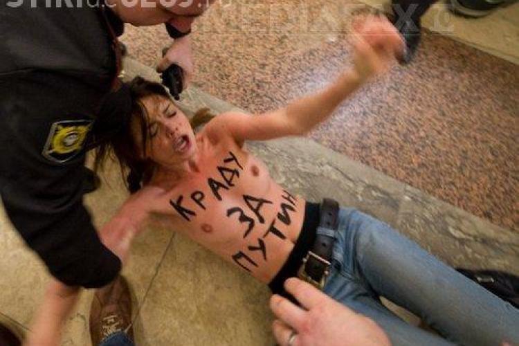 Protest topless marca FEMEN, in sectia in care a votat Vladimir Putin FOTO
