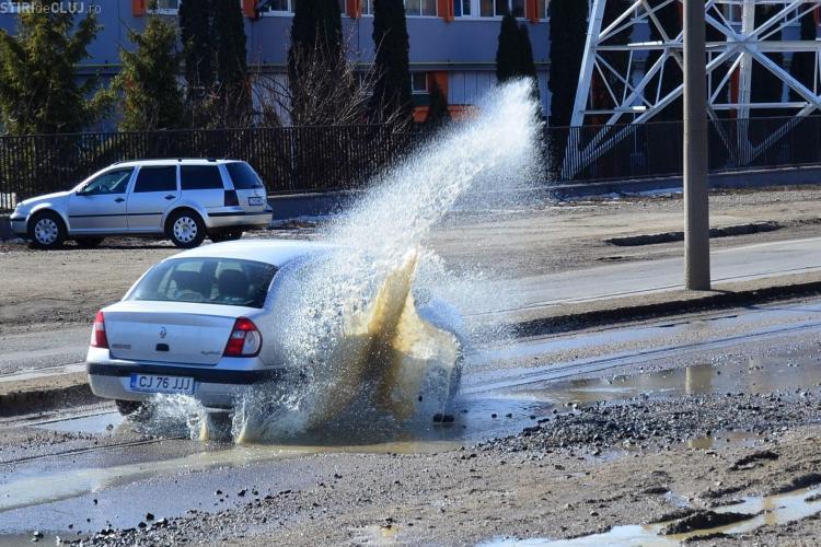 Soferii isi rup masinile in gropile de pe Bulevardul Muncii! FOTO STIREA CITITORULUI