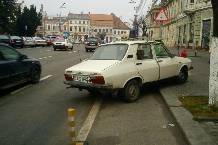 "Parcatul ilegal, o necesitate in Cluj? Trotuarul din fata Vodafone, Piata Unirii, ""vanat"" de soferi FOTO"