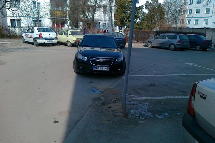 Si-a parcat masina in intersectie si a plecat! STIREA CITITORILOR FOTO