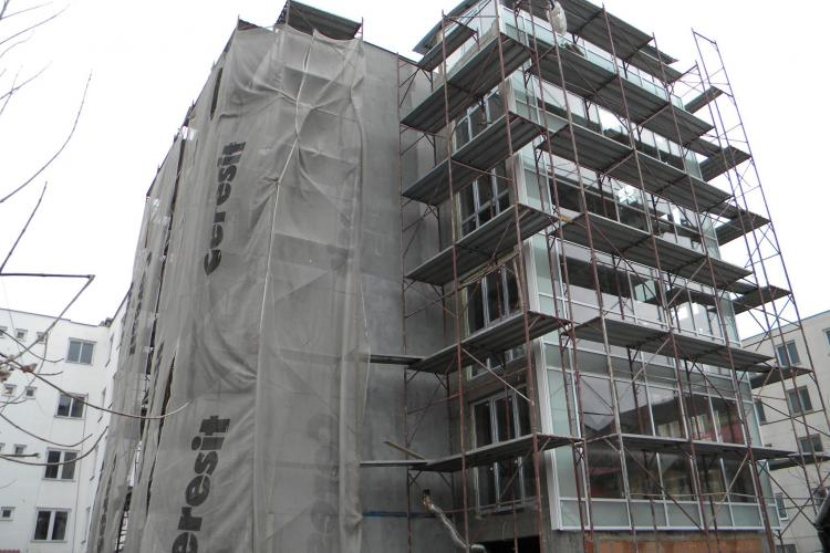 Blocul NATO, de pe strada Albac 21, imbracat in sticla! Imobilul de locuinte sociale va fi gata in septembrie FOTO