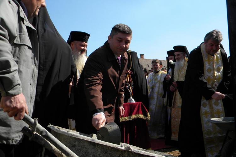 Politicienii s-au inghesuit la sfintirea pietrei de temelie a Centrului Misionar Social de pe Calea Turzii FOTO