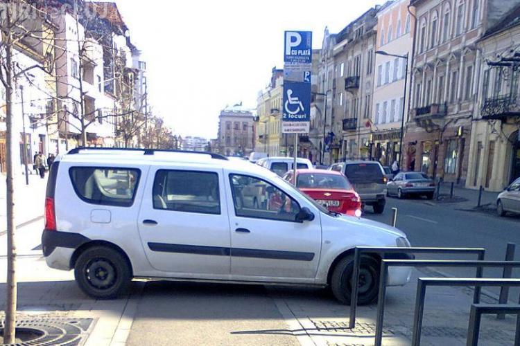 Si-a parcat masina direct pe pietonala de pe Eroilor FOTO STIREA CITITORULUI