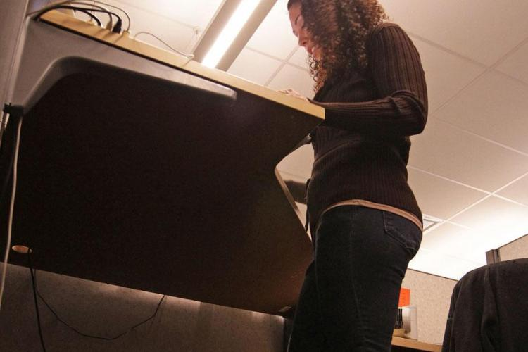 Noul trend la birou: Angajatii lucreaza in picioare