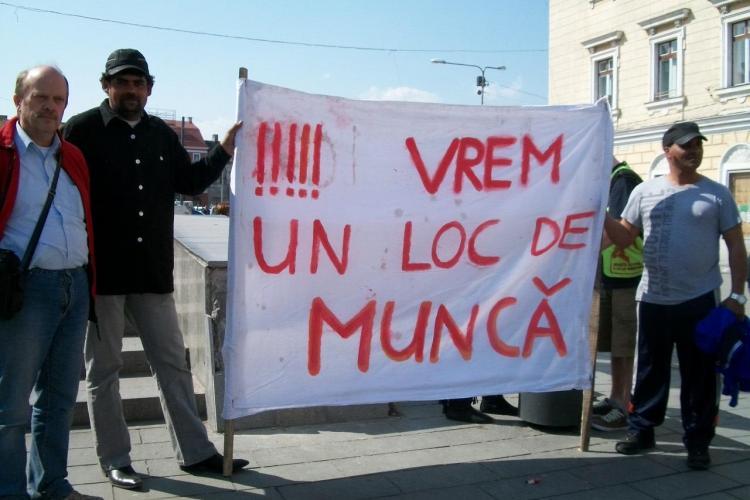Clujenii, solidari cu cei de la Pata Rat, au scormonit prin gunoaie! Deseurile au fost lasate in fata sediului CJ Cluj FOTO