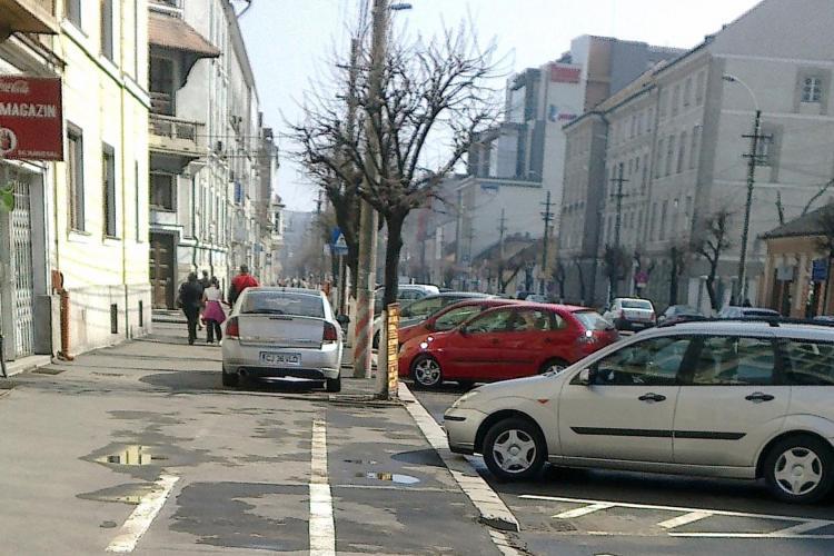 """A parcat pe pista de biciclisti, desi erau locuri de parcare! """"Avem masini, dar nu avem 3 lei de parcare"""" FOTO STIREA CITITORULUI"""