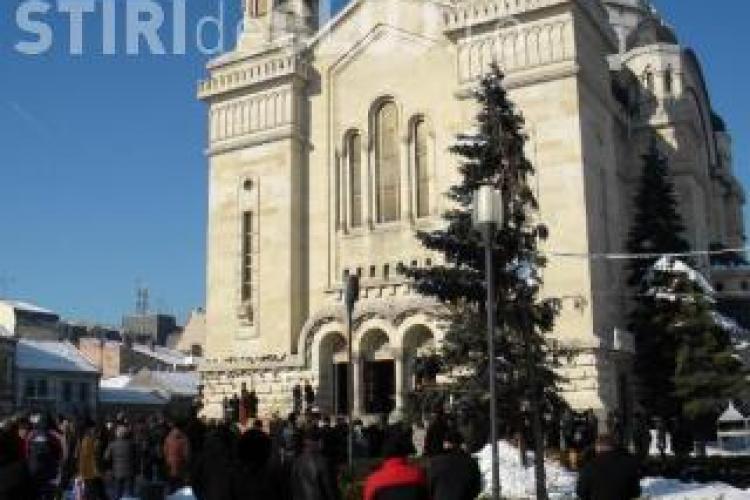 Cantaretii bisericesti, pusi sa alunge cersetorii din fata catedralei din Piata Avram Iancu