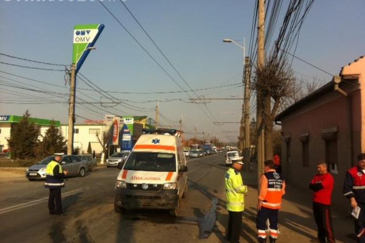 Accident pe Traian Vuia! O ambulanta a lovit un autoturism si l-a proiectat intr-o curte VIDEO si FOTO