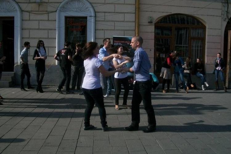 Ritmuri latino pe Bulevardul Eroilor! Dansatorii i-au  impresionat pe clujeni VIDEO