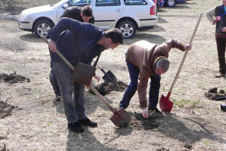 Claudiu Niculescu a plantat copaci la Cluj, cu geanta Louis Vuitton pe umar FOTO