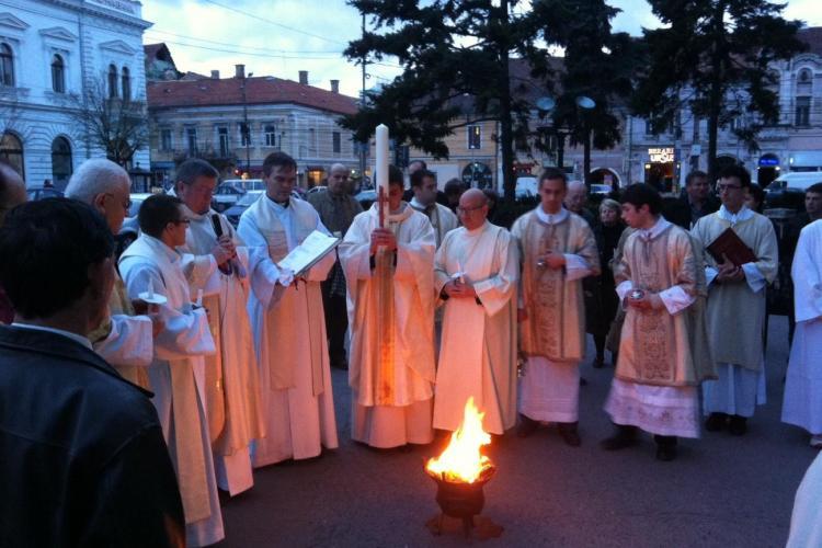 Catolicii din Cluj sarbatoresc Invierea Domnului! La Biserica Sfantul Mihail a fost aprins un foc in fata locasului de cult  FOTO