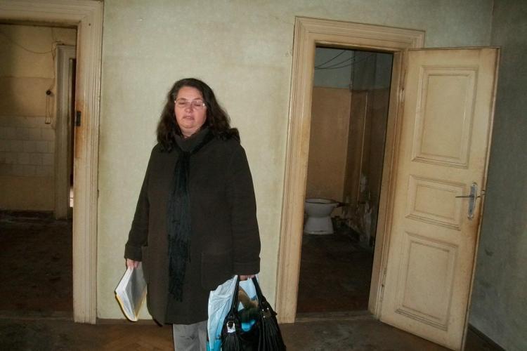 """O clujeanca a primit o locuinta sociala si cere Primariei bani pentru modernizarea ei: """"E intr-o stare groaznica!"""" FOTO"""