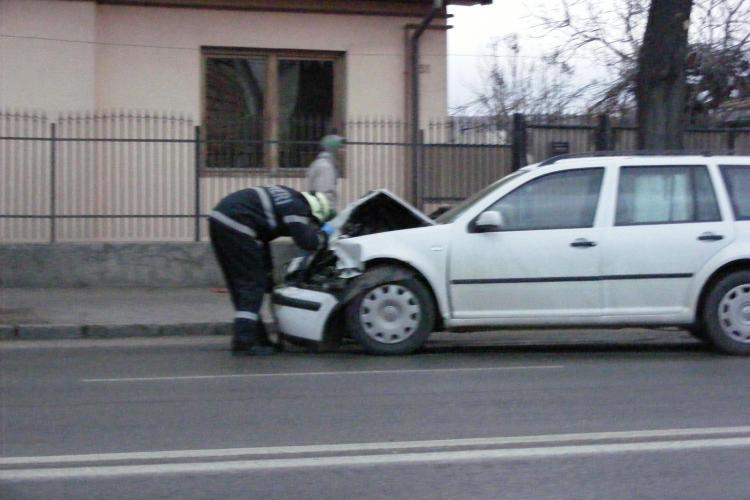 Accident pe Traian Vuia! Un VW GOLF a ajuns pe trotuar FOTO