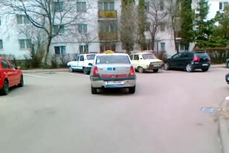 Asa parcheaza un taximetrist nesimtit in plina intersectie, in Manastur VIDEO