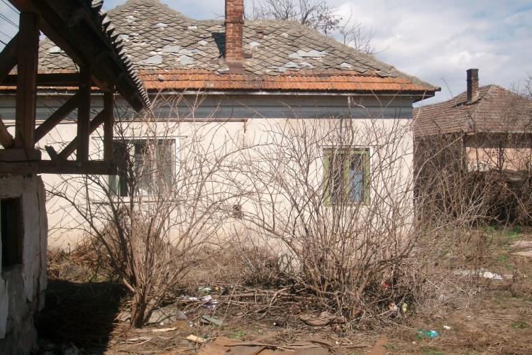 Cuibusor de prostituate, intr-o casa parasita, la 50 de metri de sediul Politiei Floresti! Acolo a fost talharit un batran de 90 de ani