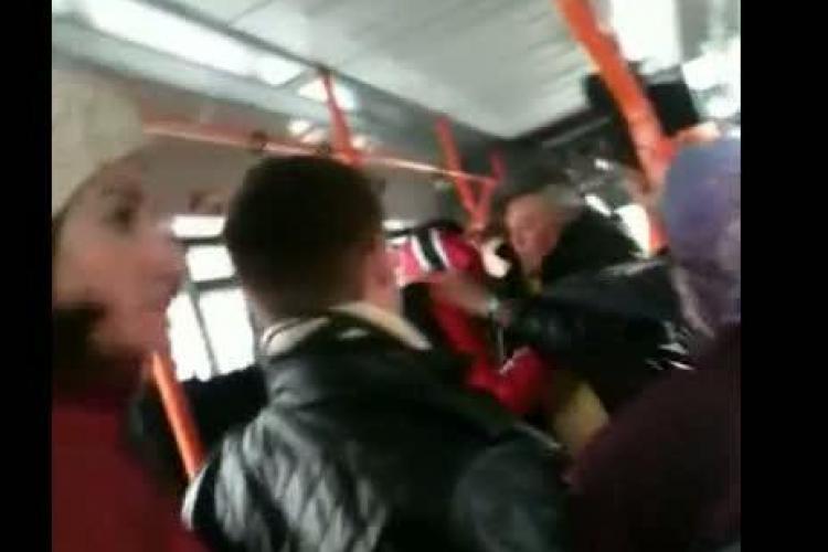 Bataie in troleibuzul 25 intre un tanar si un batran! Clujenii au intrat in panica VIDEO
