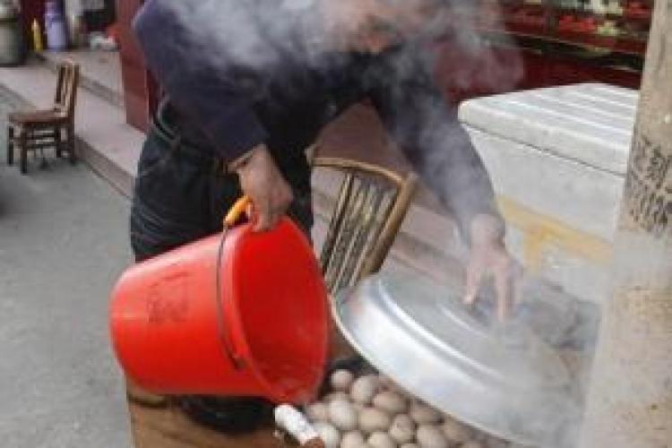 Chinezii mananca oua fierte in urina baieteilor mai mici de 10 ani FOTO