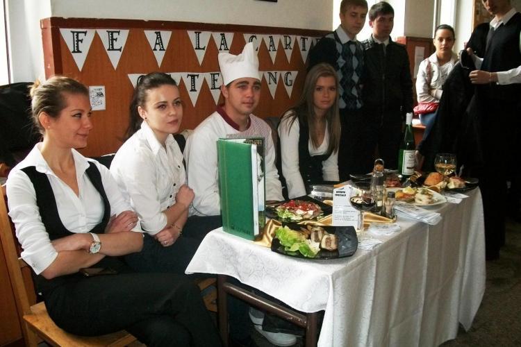 """Elevii Colegiului Economic """"Iulian Pop"""" si-au condus azi propriile afaceri! FOTO"""