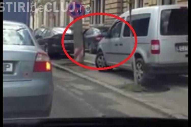 Smecherii circula pe trotuar pe strada Horea, iar soferii stau in trafic, bara la bara VIDEO
