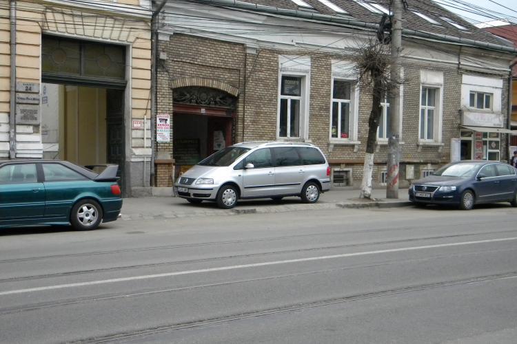 Si-a parcat masina pe trotuar, desi parcarea era goala exact sub nasul lui! FOTO
