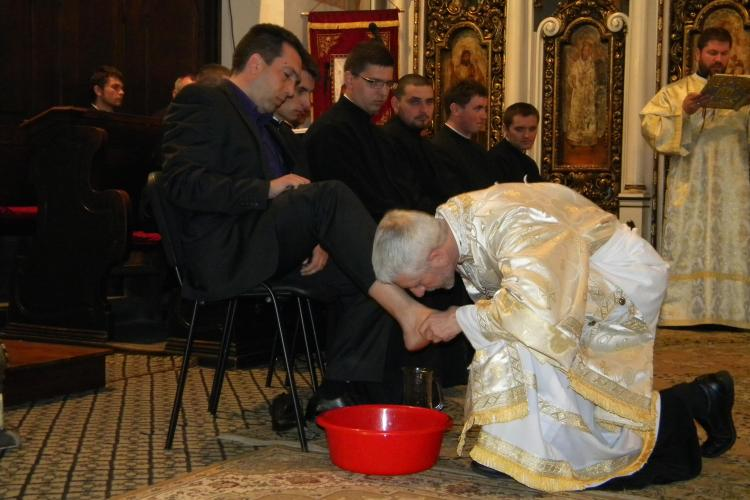 Episcopul Florentin Crihalmeanu a spalat picioarele studentilor la teologie si preotilor, in Joia Mare! VEZI VIDEO si FOTO