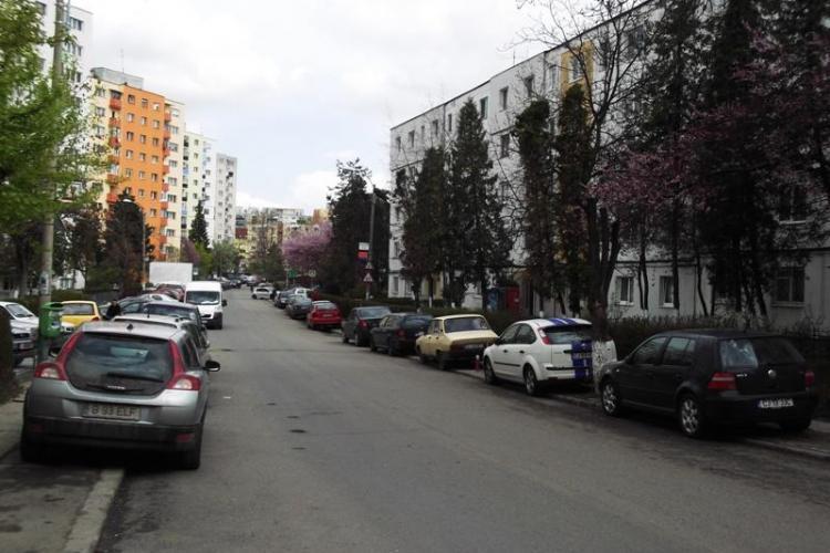 Strada Mehedinti e sufocata de masini! Trotuarele sunt intesate, iar pietonii nu au pe unde trece FOTO