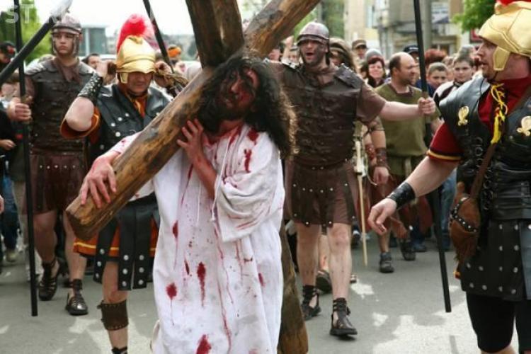 """Credinciosii clujeni se intalnesc azi in Piata Unirii pentru a-l urma pe Iisus pe """"Drumul Crucii"""""""