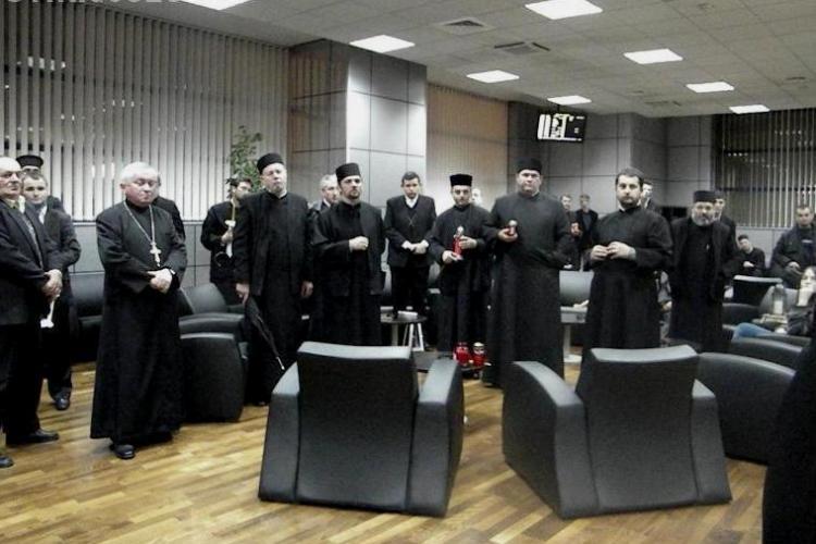 "Preotii au asteptat ""Sfanta Lumina"" de la Ierusalim pe Aeroportul International Cluj-Napoca VIDEO"
