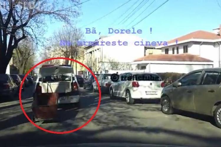 Politistii trag dupa masina un carucior si cara un dulap cu masina de politie VIDEO