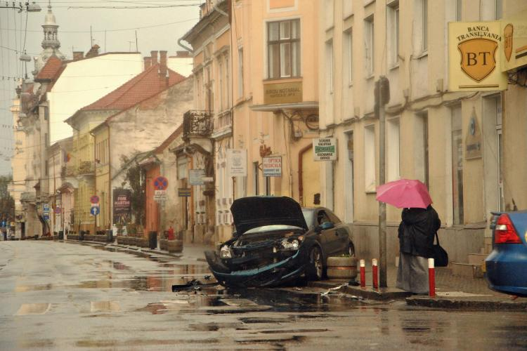 Accident in Piata Lucian Blaga, fosta Piata Pacii! Doua masini s-au facut praf FOTO