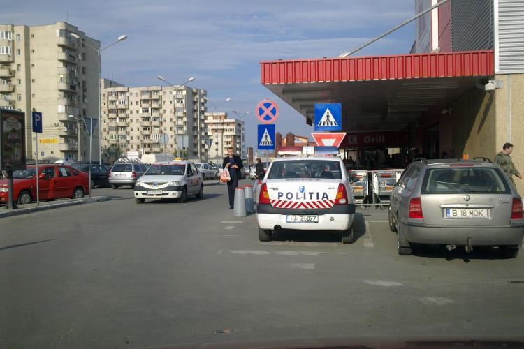 Politia parcheaza pe trecerea de pietoni la Kaufland, in Manastur FOTO