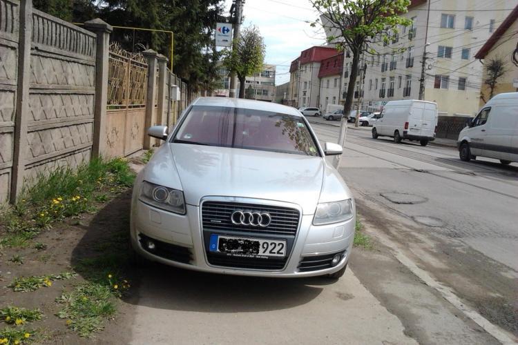"""Un """"smecheras"""" blocheaza trotuarul pe Oasului FOTO STIREA CITITORULUI"""