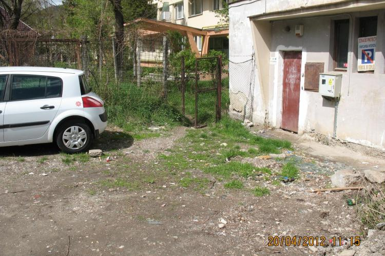 "Clujeanca scuipata si agresata in Grigorescu in timp ce isi plimba cateii, de un vecin ""turbat""! L-a reclamat la politie"