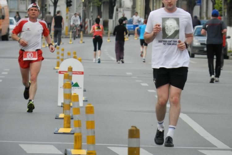 Un clujean a alergat cu spatele la Maratonul Clujului FOTO