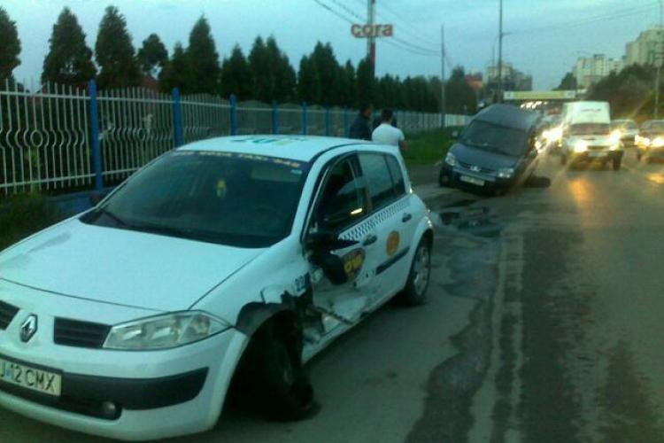 Accident in fata la Praktiker! Un taximetru si un Peugeot s-au lovit FOTO