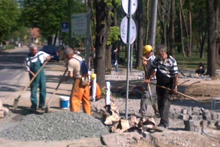 1 Mai la Cluj : Desi e zi libera, muncitorii de la ACI lucreaza la 30 de grade in Parcului Central FOTO / VIDEO