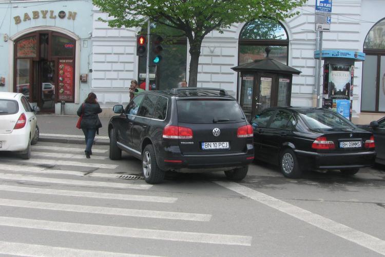 Vezi cum deputatul Ioan Olteanu si-a parcat masina ca un nesimtit chiar pe trecerea de pietoni! FOTO