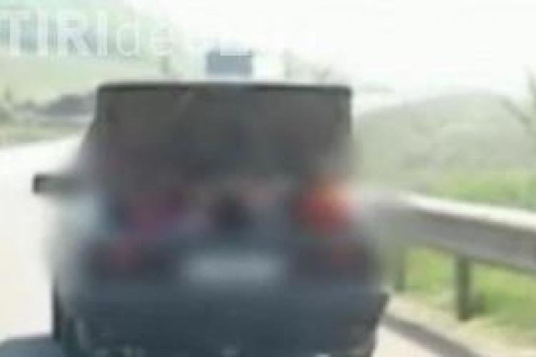 A plimbat patru copii in portbagajul masinii pe centura Clujului VIDEO