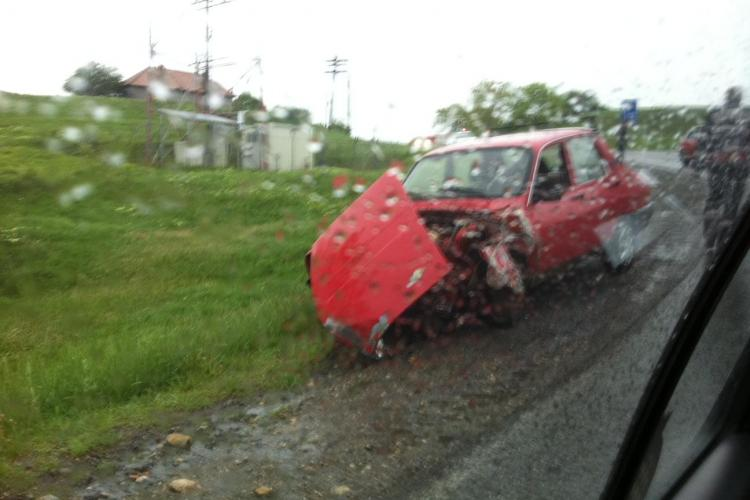 Accident la Mociu! O masina rasturnata a fost lovita de un alt sofer FOTO