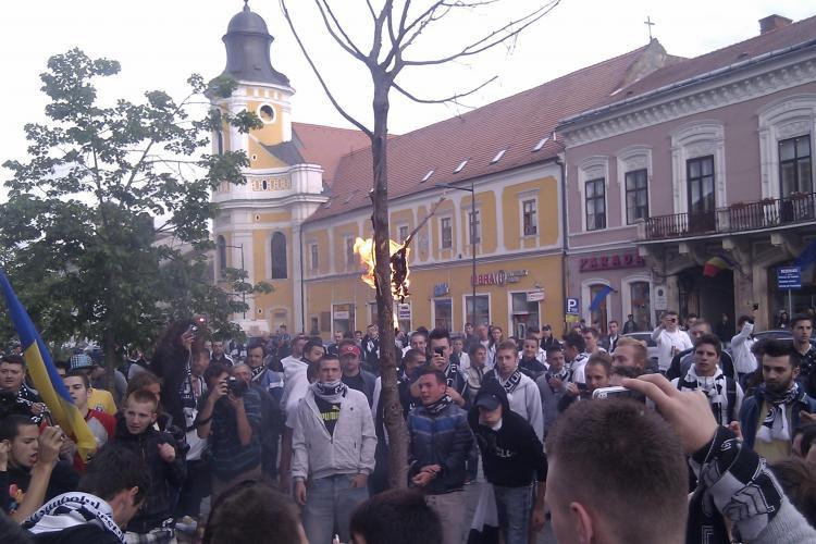 Suporterii U Cluj au dat foc unui fular al CFR Cluj, pe Bulevardul Eroilor VIDEO si FOTO
