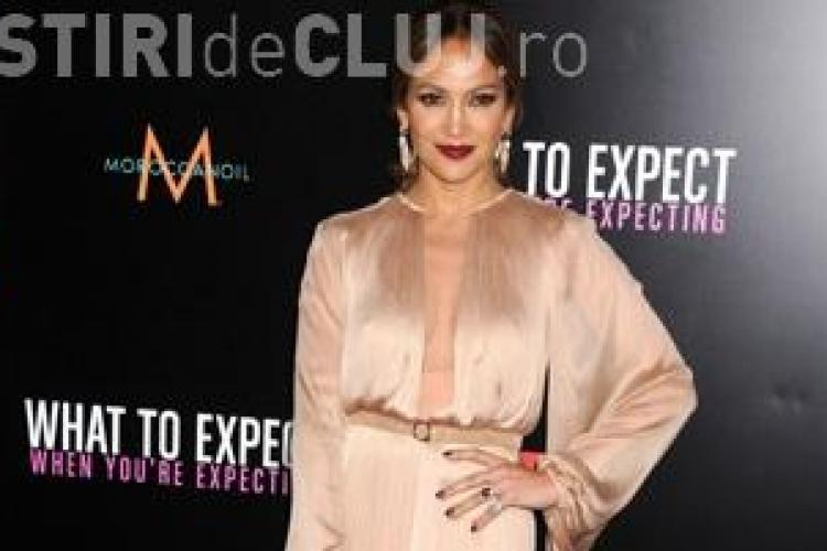 Jennifer Lopez, imbracata de un designer roman la premierea noului ei film FOTO