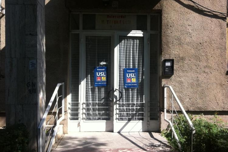 Doi tineri amendati pentru ca lipeau ilegal afise electorale in Grigorescu