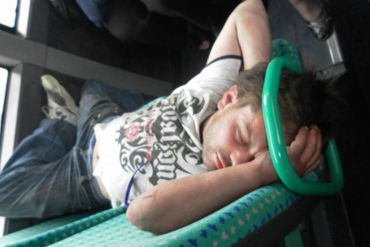 DJ Tarzan doarme in autobuz si enerveaza pensionarele de pe linia 32B FOTO