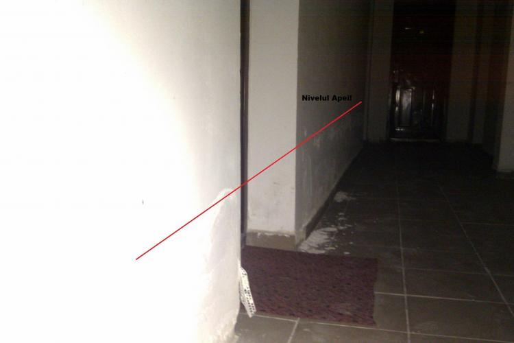 """Blocuri rezidentiale din Baciu, inundate din cauza lucrarilor proaste! Constructorul a """"uitat"""" o barna de la schela in bloc si pe acolo intra apa"""