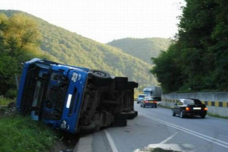 Accident la Negreni! Un TIR s-a rasturnta peste calea ferata si trenurile sunt oprite ALERTA