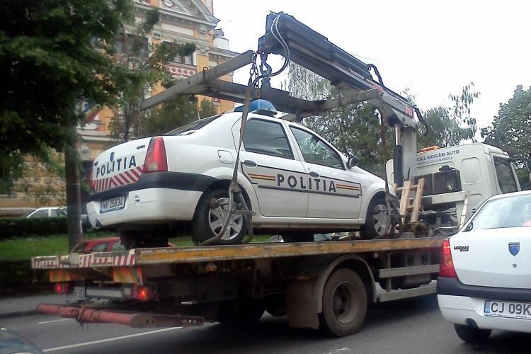 Masina de politie ridicata de langa Teatrul National Cluj FOTO