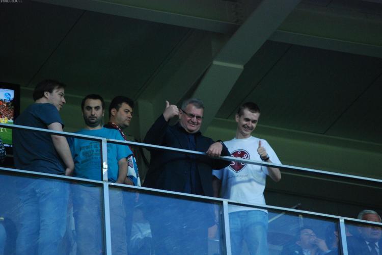Cristian Gog face magii cu Iuliu Muresan in loja de pe stadionul din Gruia FOTO